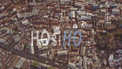 Vue Aérienne, Regardant Tout Droit Au-Dessus De Vastes Bidonvilles Surpeuplés à Kibera, Nairobi, Kenya, Afrique - Vidéo Drone