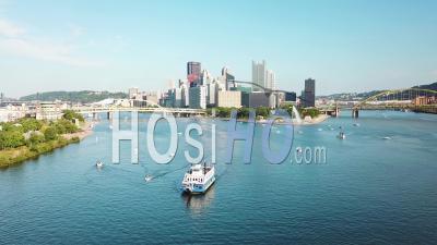 Vue Aérienne Sur Un Bateau Touristique à Pagaies Sur La Rivière Monongahela Au-Dessus De Pittsburgh, Pennsylvanie - Vidéo Drone