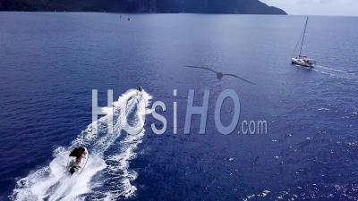 Vue Aérienne De Bateaux à Moteur De Luxe, Bateaux, Passage Rapide Sous Et Révélant L'île Des Caraïbes De Sainte-Lucie -Vidéo Drone