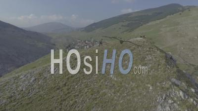 Vue Aérienne De Personnes Marchant Sur Une Colline Près De L'ancien Village Pittoresque De Lukomir En Bosnie, Ancienne Yougoslavie - Vidéo Drone