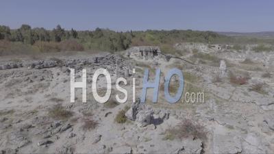 Vue Aérienne De Pobiti Kamani, également Connu Sous Le Nom De Désert De Pierre, Est Un Phénomène Rock Ressemblant à Un Désert Situé à La Frontière Nord-Ouest De La Province De Varna En Bulgarie - Vidéo Drone