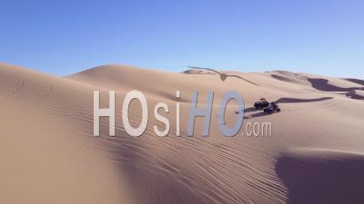 Dune Buggies Et Atvs Course à Travers Les Dunes De Sable Impériales En Californie - Vidéo Drone