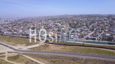 Vue Aérienne Du Mur à La Frontière Séparant Les États-Unis Du Mexique Et De San Diego De Tijuana - Vidéo Drone