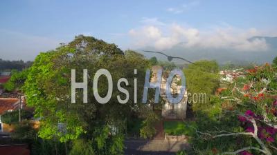 Vue Aérienne Sur La Ville Coloniale D'amérique Centrale D'antigua, Guatemala - Vu Par Drone