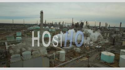 Vue Aérienne Sur Une Immense Raffinerie Industrielle De Pétrole Avec Une Fumée Et Une Pollution En Hausse - Vidéo Drone