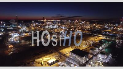 Vue Aérienne Sur Une énorme Raffinerie Industrielle De Pétrole Dans La Nuit - Vidéo Drone