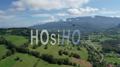 Survolez Le Massif Des Bauges Dans Les Alpes Françaises - Vidéo Drone