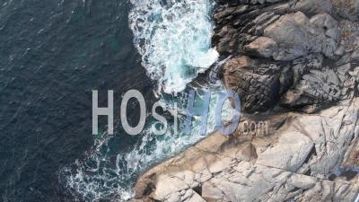 Les Vagues De L'océan Se Brisent Sur La Côte D'en Haut - Vidéo Drone