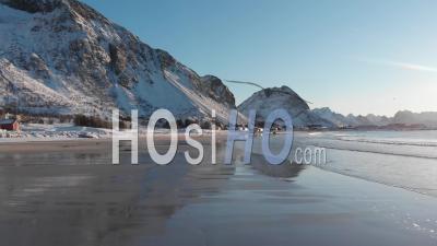 Drone Volant à Basse Altitude Sur Une Plage Avec Des Vagues, En Hiver.