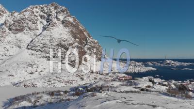 Paysage Enneigé Avec Montagnes Et Océan Dans Les îles Lofoten - Norvège -Vidéo Drone
