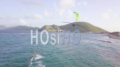 Vue Aérienne De Planche à Voile Chevauche Une Vague Sur L'île De Saint-Kitts Dans Les Caraïbes - Vidéo Drone