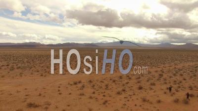 Vue Aérienne Sur L'installation D'art De Sept Montagnes Par Ugo Rondinone Dans Le Désert Du Nevada Près De Las Vegas - Vidéo Drone