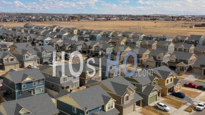 Vue Aérienne Sur Un Quartier De Maisons Identiques En Construction Dans Les Banlieues - Vidéo Drone