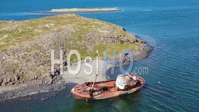 Vue Aérienne Sur Un Bateau De Pêche Abandonné Couché Sur La Côte Des Fjords De L'ouest, Islande - Vidéo Drone