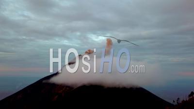 Vue Aérienne Sur Un Volcan Actif Au Guatemala - Filmé Par Drone