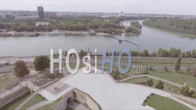 Vue Aérienne De Pobednik, Le Monument De La Statue Victorienne à La Confluence Du Danube Et De La Sava à Belgrade, Serbie - Filmé Par Drone