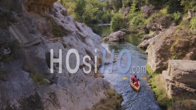 Homme Faisant Du Kayak Sur La Rivière Argens En Provence - Vidéo Drone
