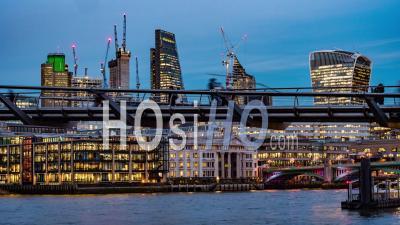 Millennium Bridge à Londres Avec Les Gens Marchant Et L'horizon De La Ville De Londres Après Le Coucher Du Soleil