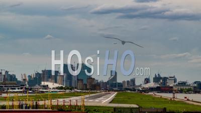 City Airport à Londres Avec Avions Atterrissant Et Décollant, Immeubles De Bureaux En Arrière-Plan