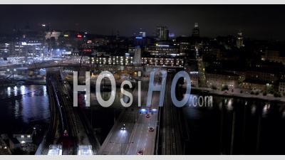 Trafic Sur Les Ponts De Train Et Autoroute Dans Le Centre De Stockholm, Nuit, Suède - Vidéo Drone