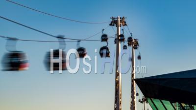 Téléphériques Sur La Tamise Dans Le Quartier Financier Des Docklands à Londres