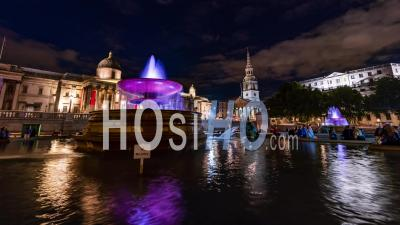 Trafalgar Square, Londres Avec Fontaines Et L'église De Saint-Martin De Nuit
