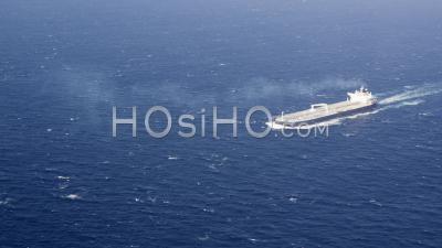 Vue Aérienne De Supertanker Entièrement équipé (vlcc) Qui Navigue En Mer