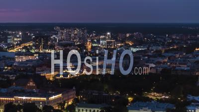 Vue Aérienne Générale De Riga La Nuit, Riga Skyline, Lettonie - Vidéo Drone