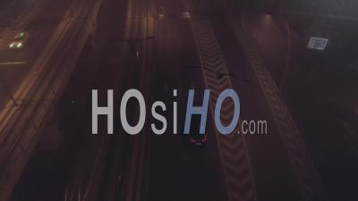Voiture Conduite Sur Une Route Par Une Nuit Brumeuse - Vidéo Drone