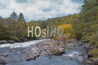 Drone Shoot Over River In Highlands At Autumn - Photographie Aérienne