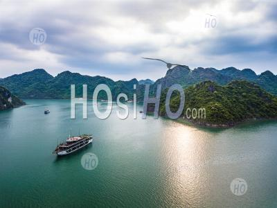 Panoramic View Of Lan Ha Bay With Cruise Ship And Mountain , Vietnam - Drone Point Of View - Photographie Aérienne