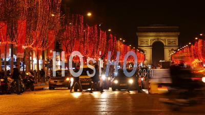 Paris, Belle Soirée à Paris, Champs Elysées Décorés Pour Noël, Circulation Près De L'arc De Triomphe