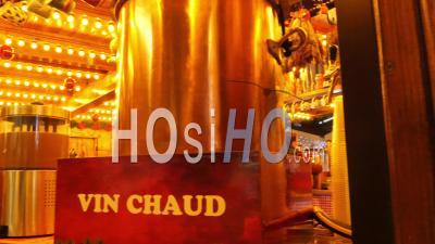 Vin Chaud Au Marché De Noël Près De La Tour Eiffel, Paris, France, Ile De France,