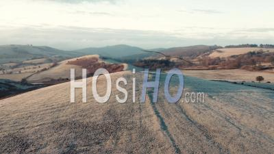 Rolling Frosty Hills Of British Countryside - Vidéo Aérienne Par Drone