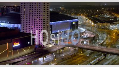 Gare à L'extérieur De Westfield Mall Of Scandinavia à Solna Stockholm, Suède - Vidéo Aérienne Par Drone