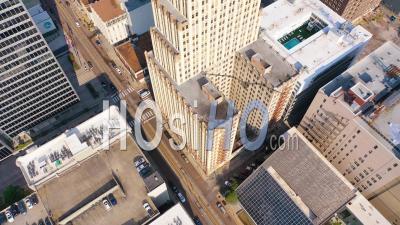 Centre-Ville De Memphis Tennessee, Gratte-Ciel, Gratte-Ciel, Entreprises, Skyline, Inclinaison Vers L'immeuble De Bureaux - Vidéo Aérienne Par Drone
