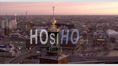 Coucher De Soleil D'hiver Sur L'hôtel De Ville De Stockholm, Suède - Vidéo Aérienne Par Drone