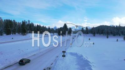 2020 - Vidéo Aérienne De Voitures Conduisant Des Voyages Sur Une Route De Montagne Couverte De Neige Glacée Dans Les Montagnes De L'est De La Sierra Nevada Près De Mammoth En Californie - Vidéo Par Drone