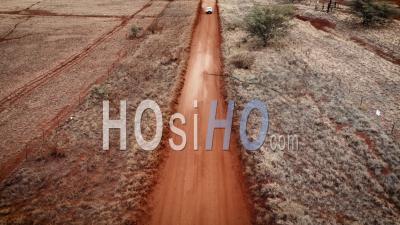 Une Camionnette Conduisant Sur Une Route De Terre Sur Molokai, Hawaii De Maunaloa à Hale O Lono - Vidéo Aérienne Par Drone