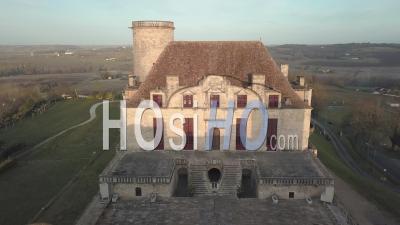 Château De Duras Et Village Au Coucher Du Soleil - Vidéo Aérienne De Drone
