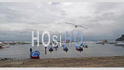 Ime Lapse, Lever De Soleil Sur La Baie De Sabang, Personnes Préparant Des Bateaux De Plongée, Philippines