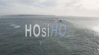Surfeur De Remorquage Dans Une Grande Vague De Nazaré - Vidéo Drone