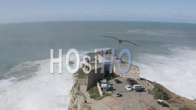 Vagues Déferlant Devant Le Phare De Nazaré - Vidéo Drone