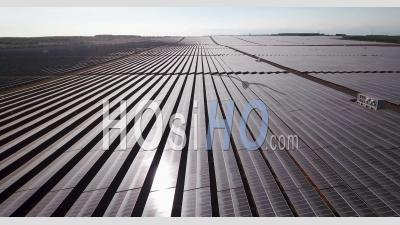 Voler Au-Dessus De Panneaux Solaires Réfléchissants - Vidéo Drone