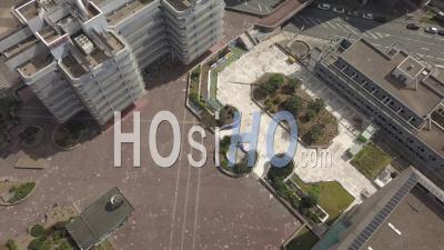 Une Seule Personne Marchant Dans Le Quartier De Meriadeck Dans La Ville De Bordeaux Pendant Covid-19, France - Vidéo Drone