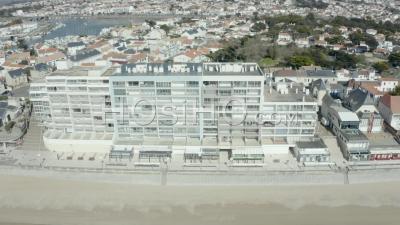 Rues Désertes Et Ville Sur Un Bord De Mer Français Typique à La Mi-Journée Pendant Covid19 Vu Par Drone