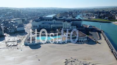 Vue Aérienne Du Casino De Trouville Sous Le Confinement Covid19 - Séquences Vidéo Du Drone