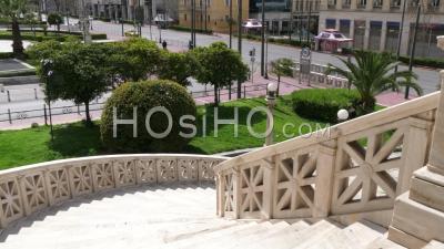Escaliers De La Bibliothèque Nationale, Vue Sur L'avenue Panepistimiou Déserte, Confinement Athènes Grèce