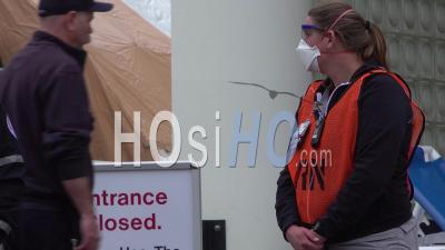 2020 - Les Patients Du Virus Corona Covid-19 Arrivent à L'hôpital Et Sont Soignés Par Des Infirmières Et Des Médecins Masqués.