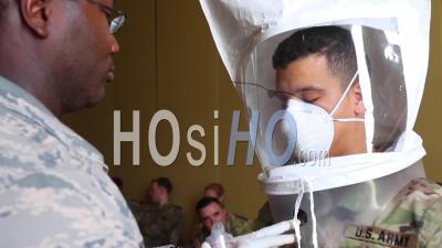 2020 - Les Masques Et Blouses Chirurgicales Et Autres Fournitures Médicales De Protection Sont Testés Par La Garde Nationale Lors De L'épidémie D'épidémie De Coronavirus Covid-19.